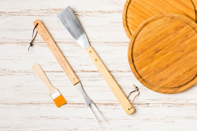 木製の机の上の調理器具