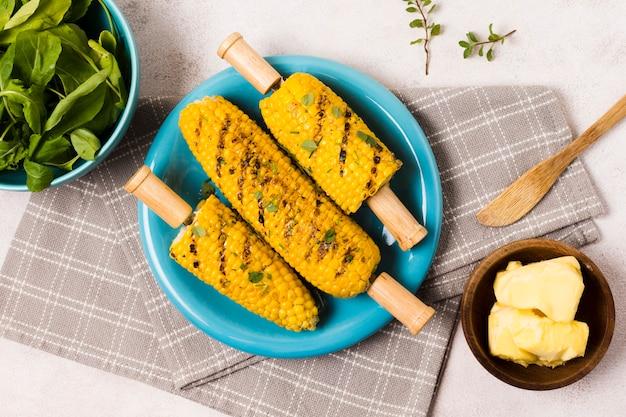市松模様のナプキンにおいしい焼きトウモロコシ