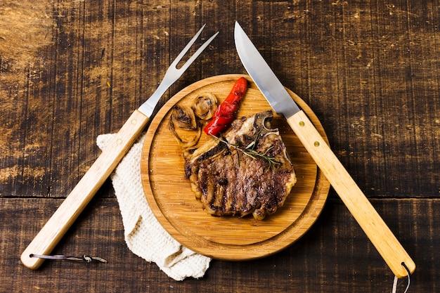 素朴なテーブルの上のビーフステーキ部分