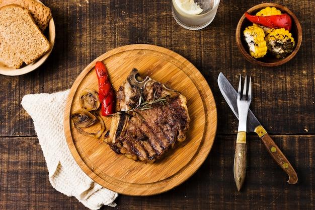 ラウンドボードに野菜とステーキ