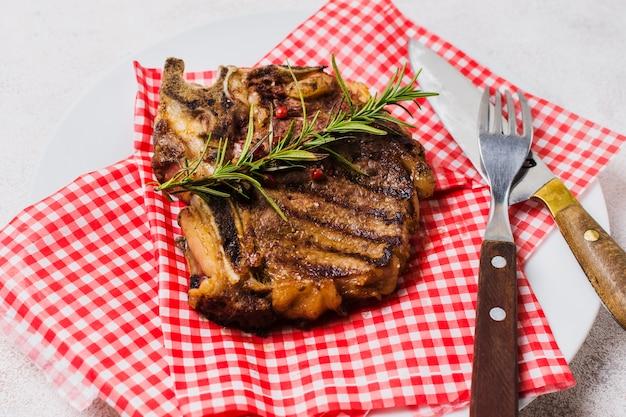 ローズマリーで飾られたステーキ
