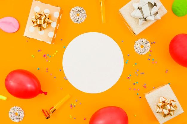 色付きの背景の誕生日プレゼント