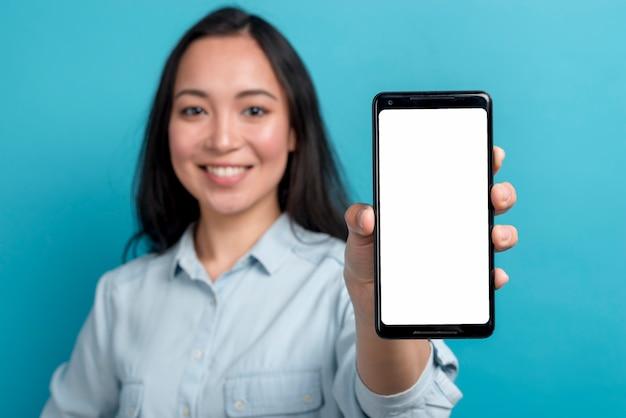 スマートフォンを持つ少女