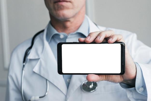 Доктор показывает мобильный телефон