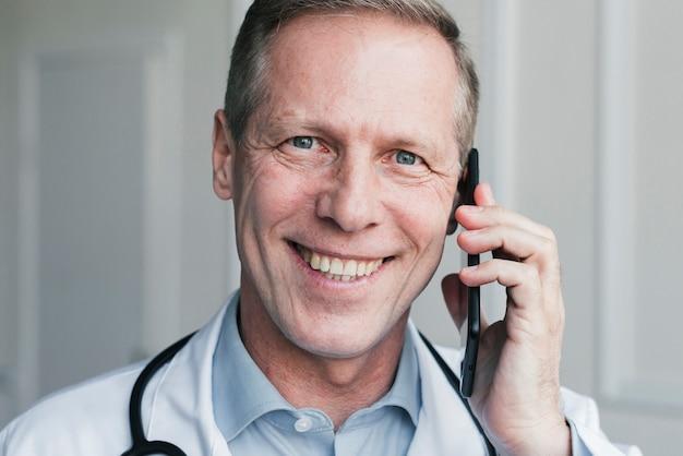 医者は電話をかける