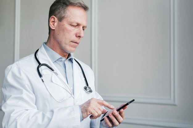 Доктор звонит по телефону