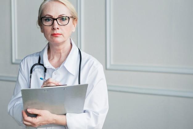 医療報告を持つ医師