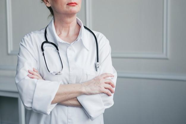Семейный врач в кабинете врача