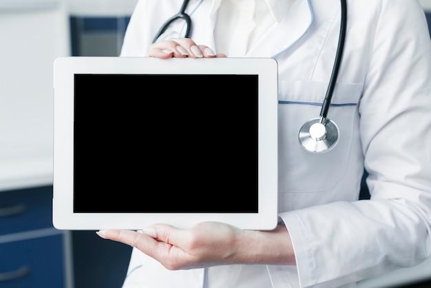 医者の聴診器とタブレット