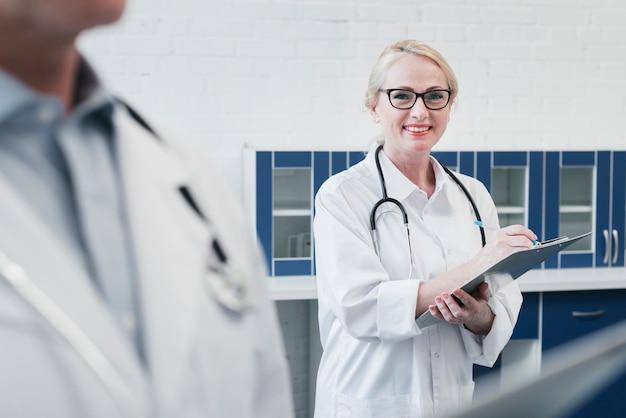 Медицинская бригада в кабинете врача