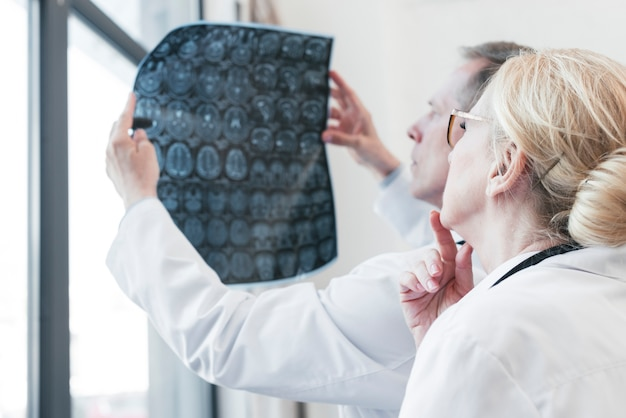 放射線写真を分析する医師