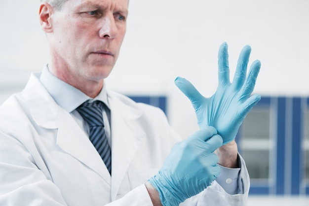 顕微鏡で分析する医者
