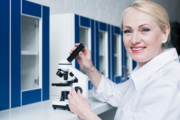 Доктор анализирует под микроскопом