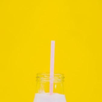 色付きの背景を持つ健康的なフルーツジュース