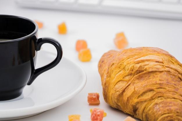クロワッサンとフルーツの朝食