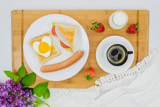 Завтрак с чашкой кофе и фруктами