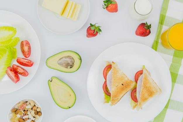 フルーツと健康的な朝食
