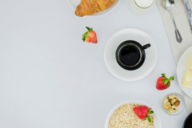 コーヒーカップとフルーツの朝食
