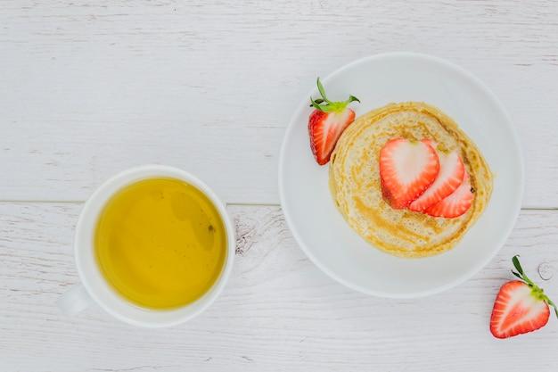 パンケーキとイチゴの朝食
