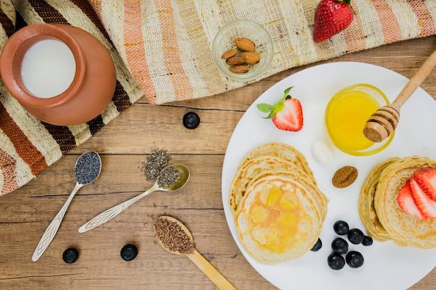 Завтрак с блинами и клубникой
