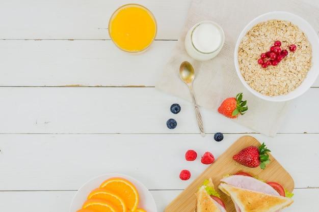 シリアルとイチゴの朝食