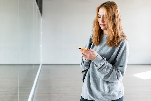 携帯電話を使用して女性ダンサー