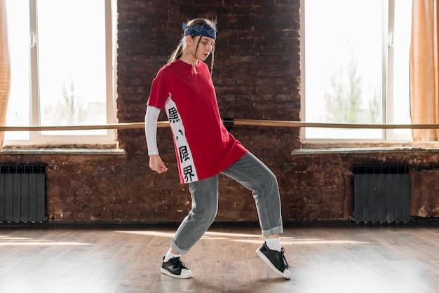 スタジオで踊る若い女性