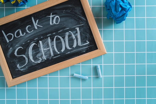 碑文と黒板学校に戻る