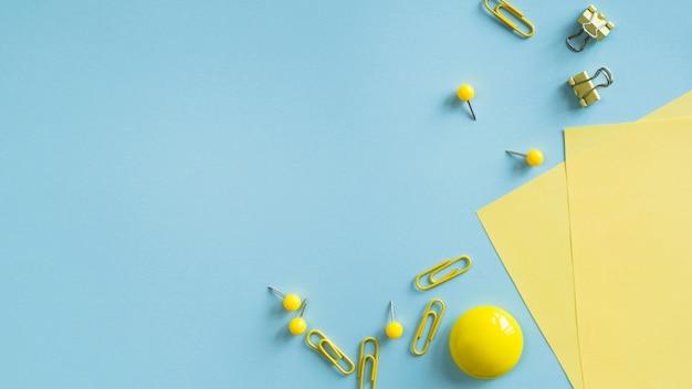机の上の黄色い事務用品