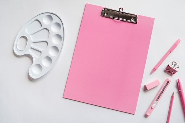 タブレットパレットと文房具を書くの組成