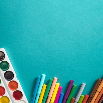 描画のための水彩画とフェルトペンの組成