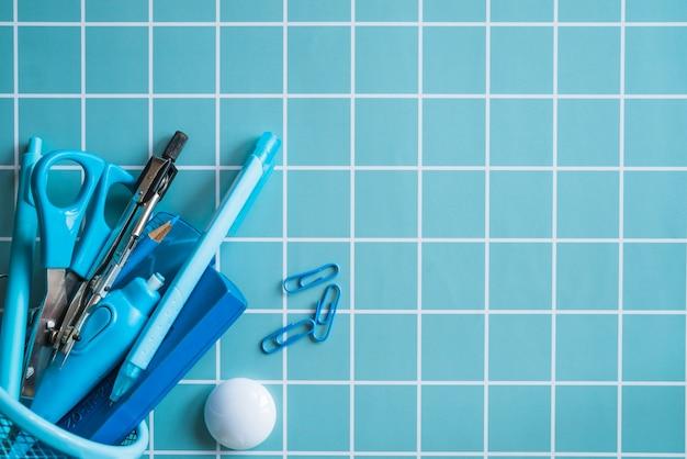 Синие канцелярские товары в сетке-органайзере