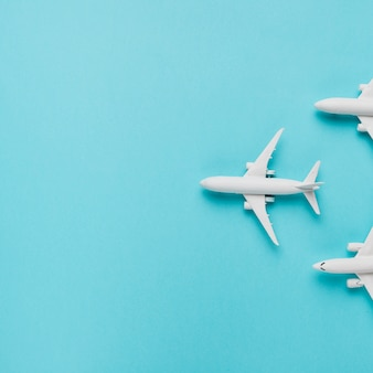 Игрушечные самолеты на синем фоне