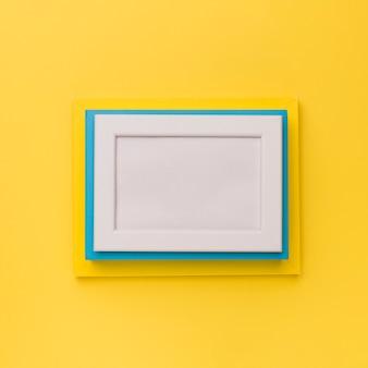 黄色の背景にカラフルなフレーム
