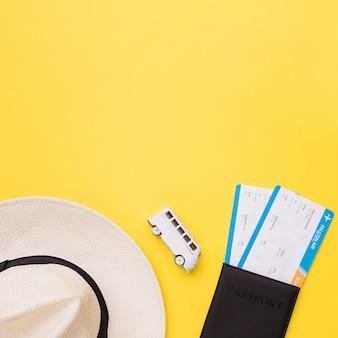 Шляпа, игрушечный автобус и билеты