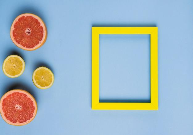 柑橘系の果物と空のフレーム