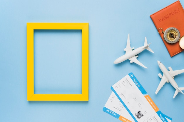 おもちゃの飛行機、チケット、パスポート付きのフレーム