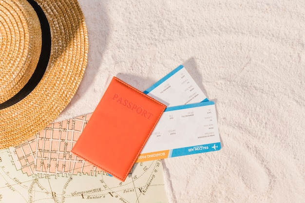 次の旅行のためのパスポートとガイドブック