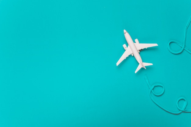 青い綿の航空会社を作る小さな白い飛行機
