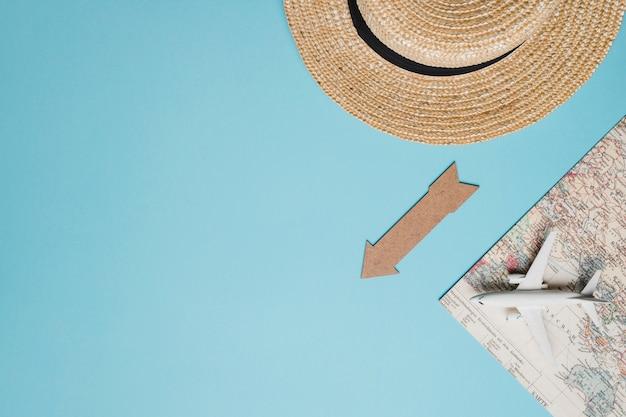 Композиция маленькая карта самолета шляпа и стрелка