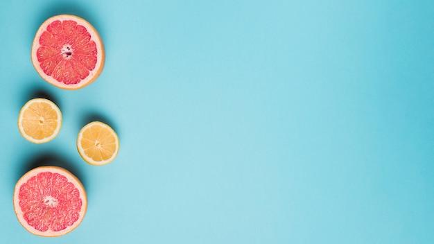 青の背景に柑橘系の果物
