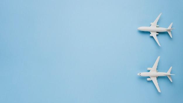 青い背景上の模型飛行機