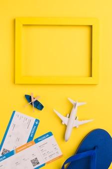 空のフォトフレームと旅行アイテム