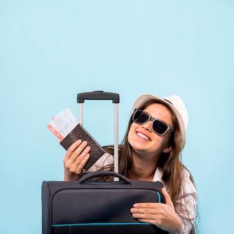 飛行の準備ができてのスーツケースを持つ女性