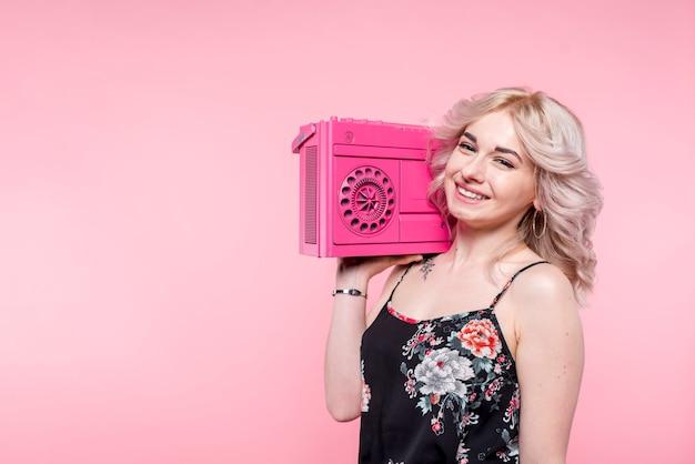 肩にテープレコーダーを持つ女性
