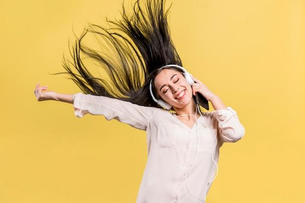 Счастливая женщина слушает музыку