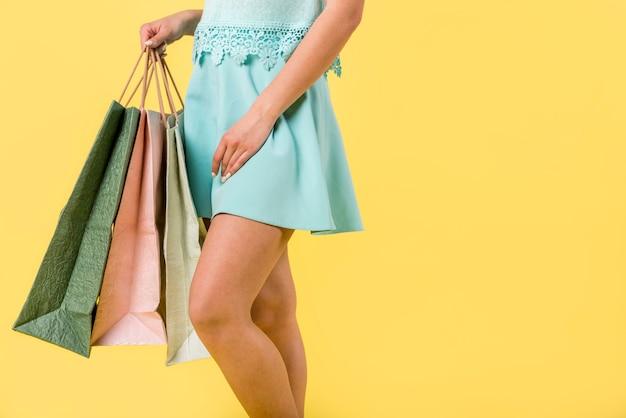 色とりどりのバッグとトレンディな女性