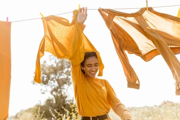 物干し用ロープと自然の中で女性