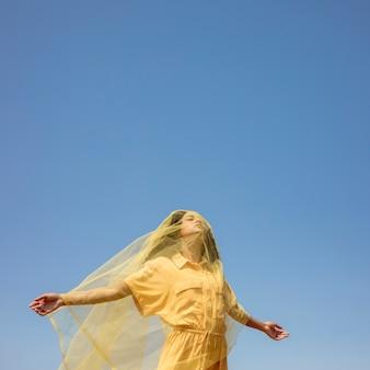 自然の中で黄色い布でうれしそうな女性の肖像画
