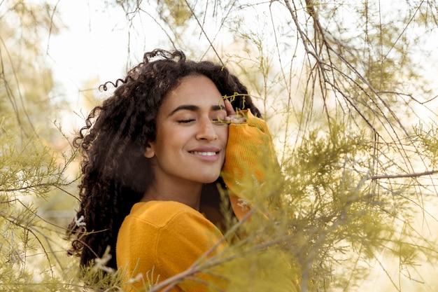 自然の中で若い女性の肖像画